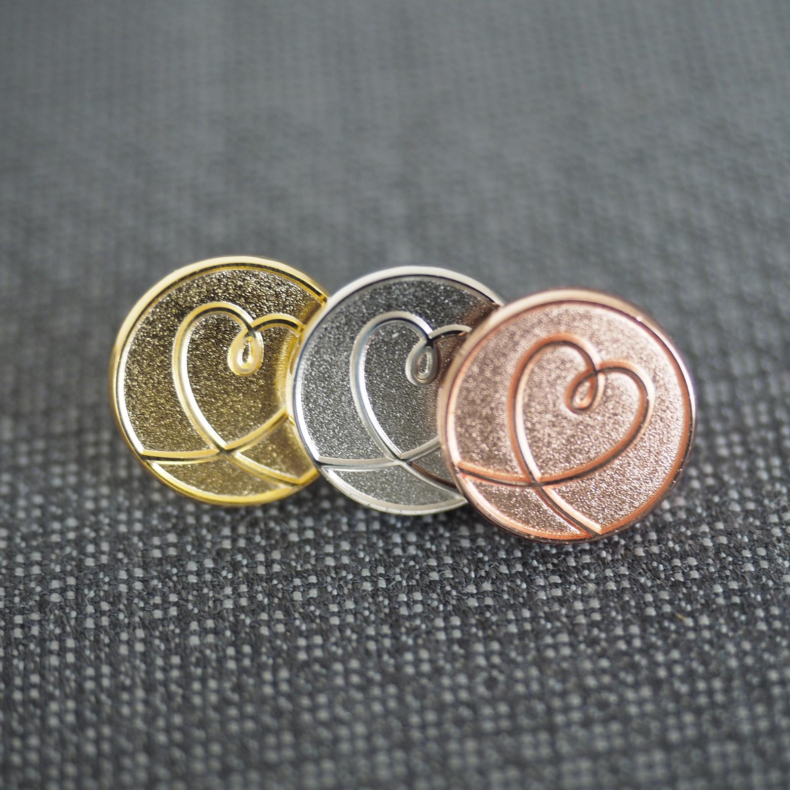 側面画像 ピンバッジ 社章 イベントバッジ 啓発バッジ ハートデザイン CSRバッジ  オリンピックメダル 金銀銅メダル 色 表現