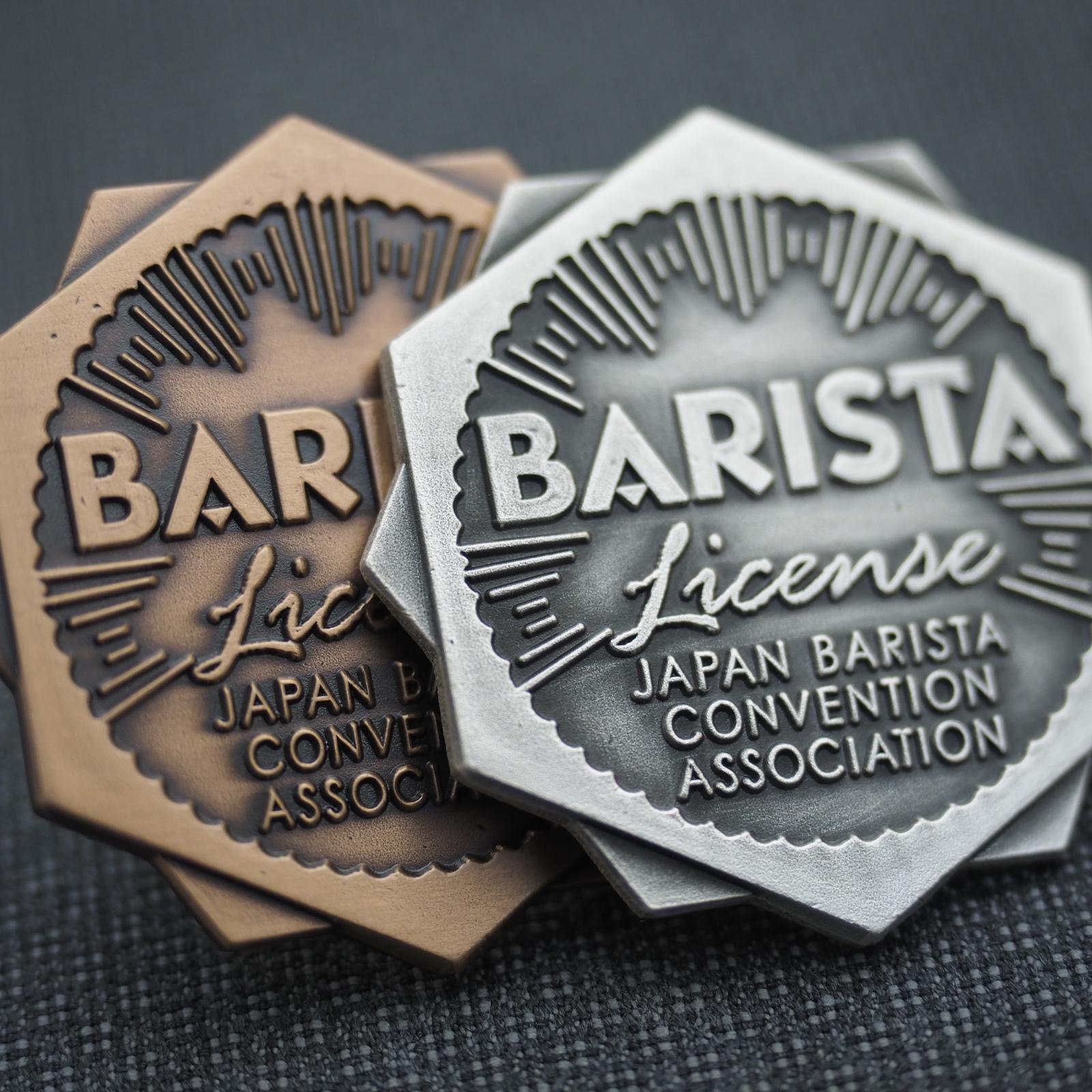 バリスタ ライセンスバッジ 認証バッジ 承認バッジ 協会バッジ 燻メッキ 伝統 側面 留め具 プラケース 色の比較