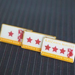 イベントバッジ 販促バッジ シルク印刷 金メッキ エポキシ タイタック 海外制作 配布バッジ 高級 記念品 オリジナルバッジ